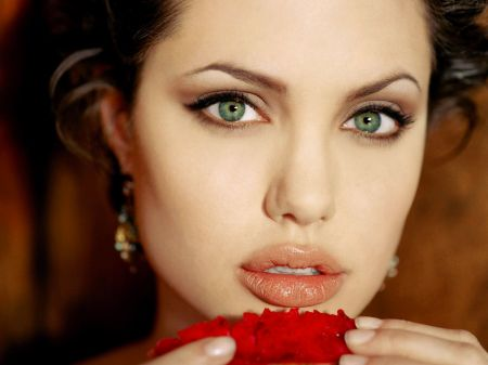 Angelina Jolie Źródło: http://stylonica.com/angelina-jolie/